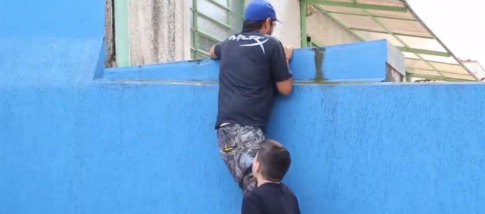 Com a ajuda de Alocs, manajj pula mais uma vez o muro da CNB, desta vez para anunciar a 2ª Etapa da Corrida ao Diamante