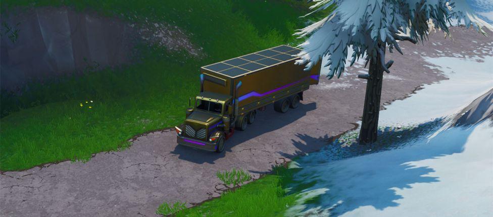 Vasculhe entre uma câmera em um porão, uma cabeça de pedra nevada e um caminhão dourado no Fortnite