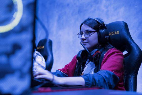 No time GO, Gabriela foi uma das escolhidas, se tornando a primeira jogadora mulher da organização  (Foto: Alan Moreira/Rensga Esports)
