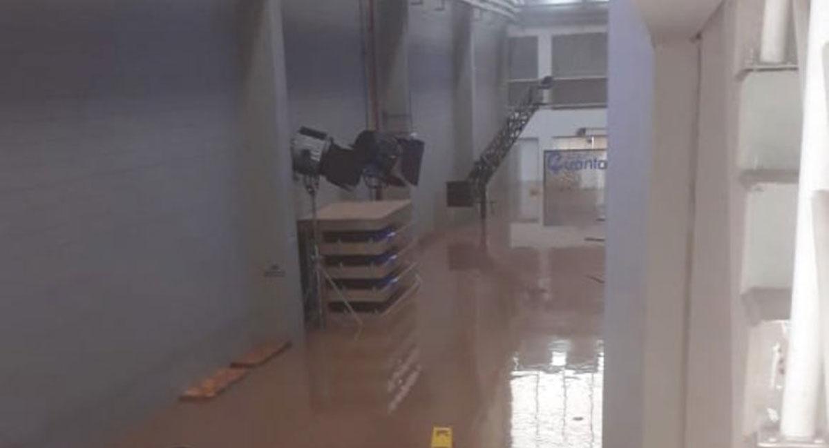 Estúdio do CBLoL ficou inundado pela forte chuva (Foto: Reprodução/Twitter)
